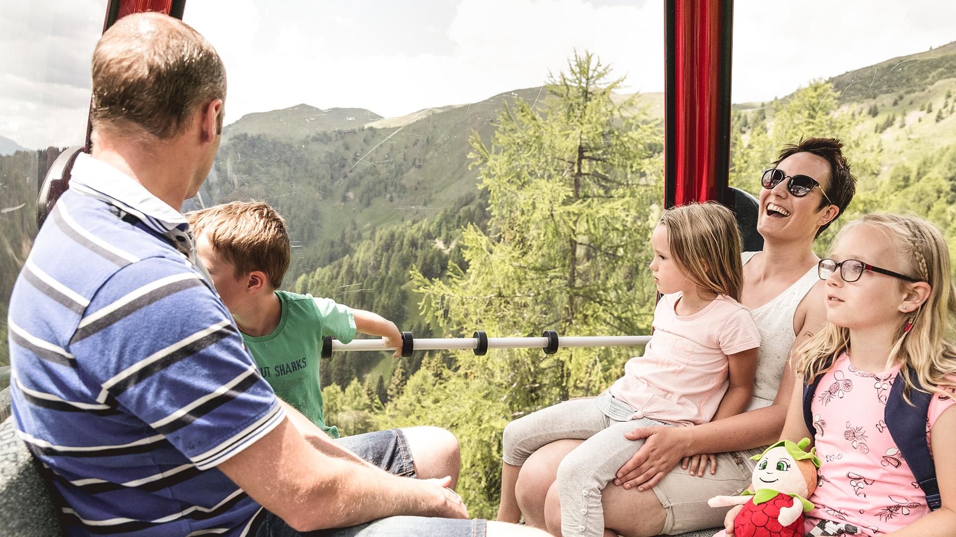 Familie auf Aussichtsplattform in den Bergen