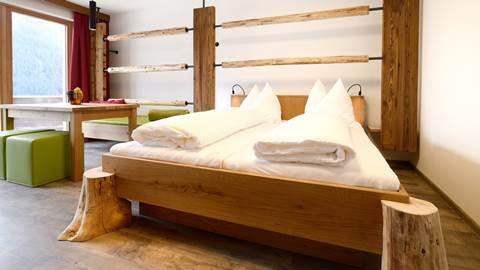 Almfamilysuite mit Doppelbett und Holztisch