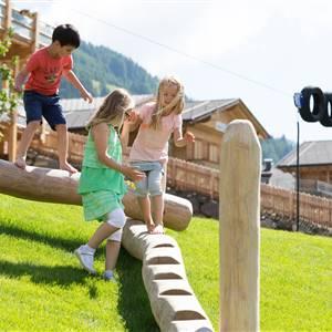 Kinder spielen am Spielplatz