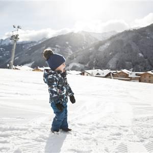 Kleinkind im Schnee