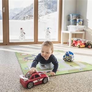 Kleinkind spielt mit Spielzeugautos