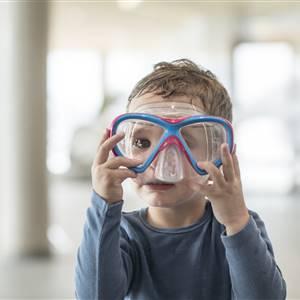 Kleinkind mit Taucherbrille