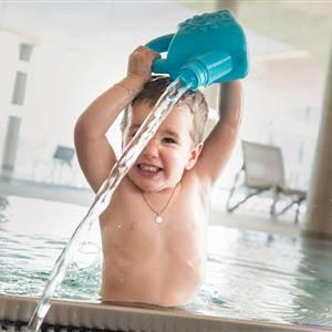 Kleinkind spielt im Wasser
