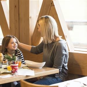 Mutter und Tochter beim Essen