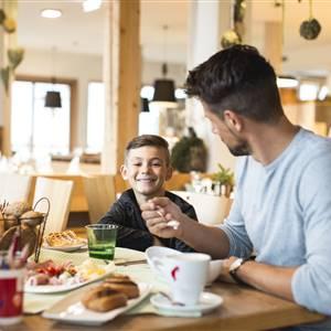 Vater und Sohn beim Essen