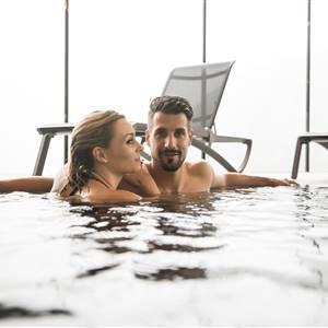 Paar befindet sich in einem Indoor - Pool