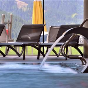 Indoorpool-Bereich mit Relaxliegen