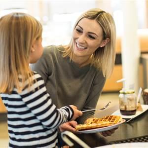 Mutter mit Kind beim Frühstücken
