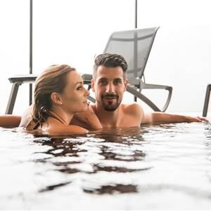 Paar in einem Hotelpool