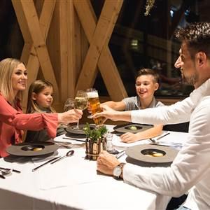 Familie sitzt an einem Restauranttisch