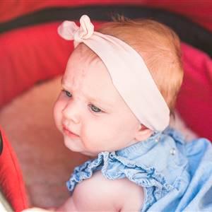 Baby schaut aus einem Kinderwagen
