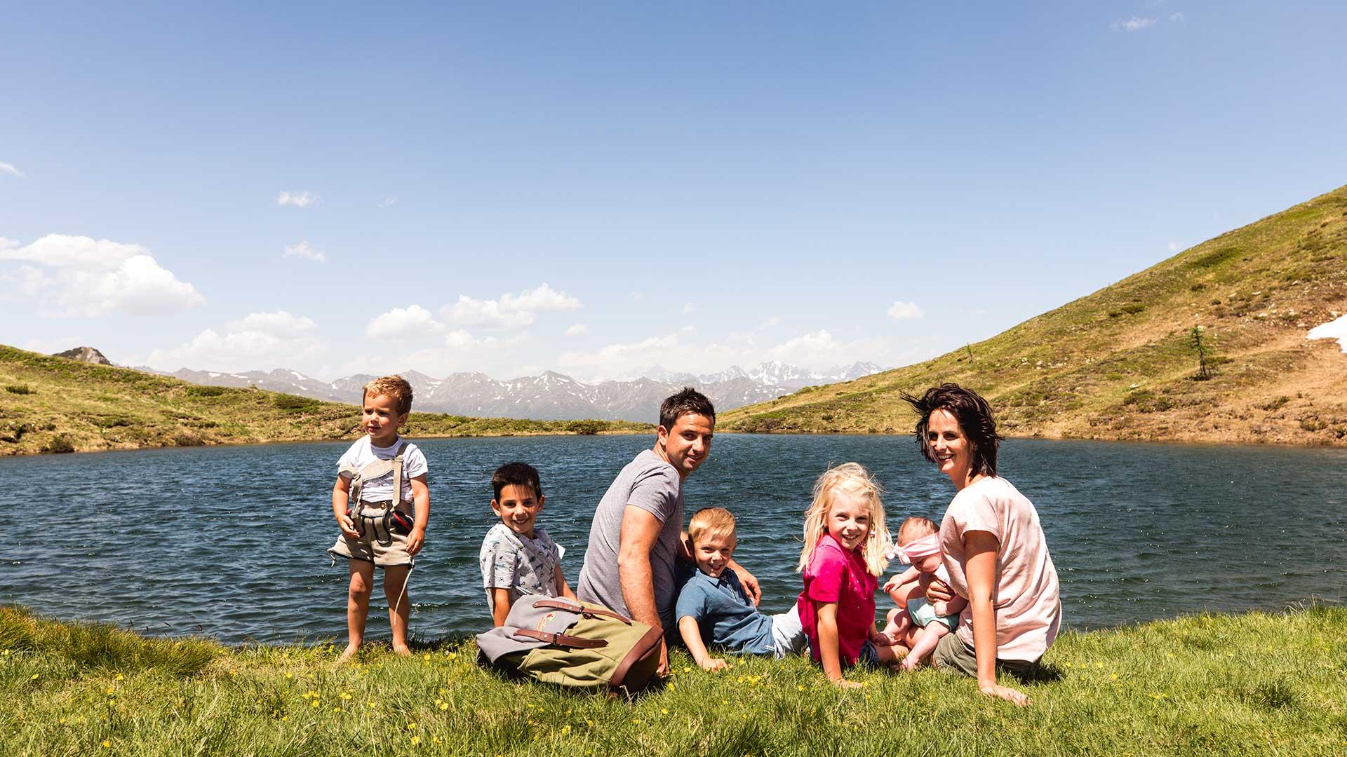 Die Familiee Scherer sitzt am Bergsee